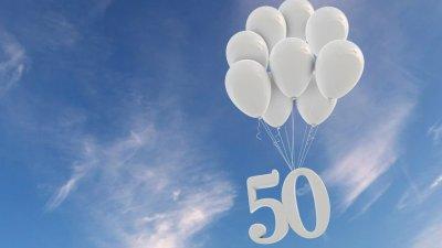 Número 50 no céu com balões brancos