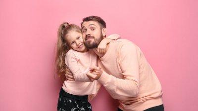 Pai e filha abraçados usando pijamas iguais
