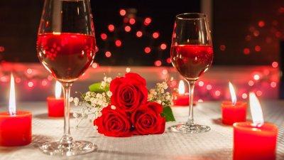 Casal de homem e mulher tirando uma selfie ao ar livre.