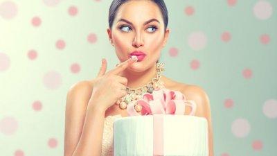 Mulher com presente de aniversário