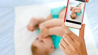 Pessoa tirando foto de bebê