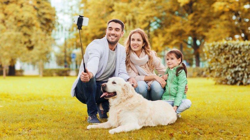 Família tirando foto com cachorro
