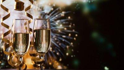Taças de champagne com fogos ao fundo
