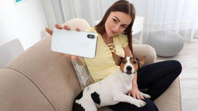 Mulher tirando selfie com o cachorro