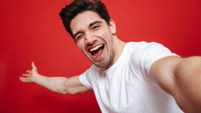 Homem tirando selfie