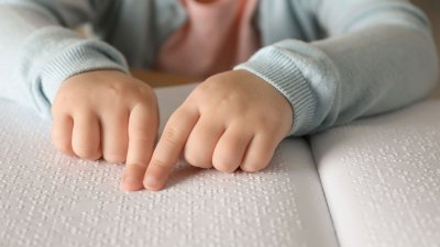 Dedo fazendo a leitura de braille.