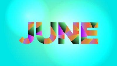 June (junho, em inglês) escrito em letras coloridas e fundo azul