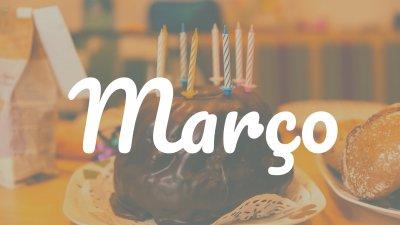 Bolo de aniversário com a palavra março escrita em branco