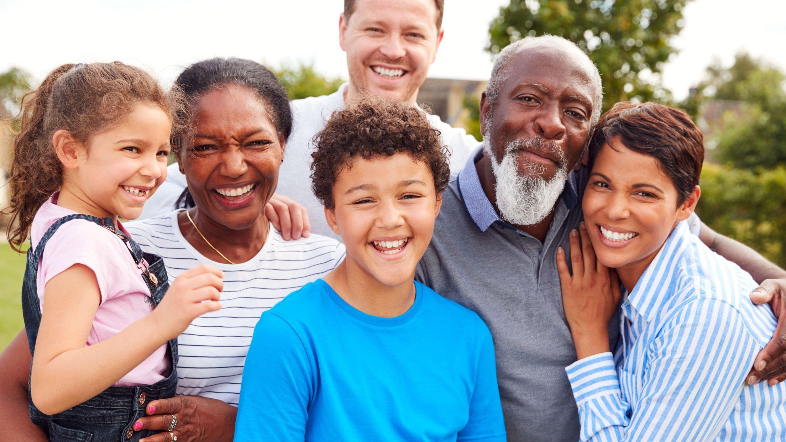 Família reunida em um jardim sorrindo