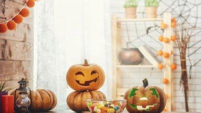 Escultura de abóbora na mesa da casa.