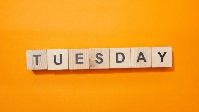 Cubos de madeira formando a palavra Tuesday (terça-feira, em inglês)