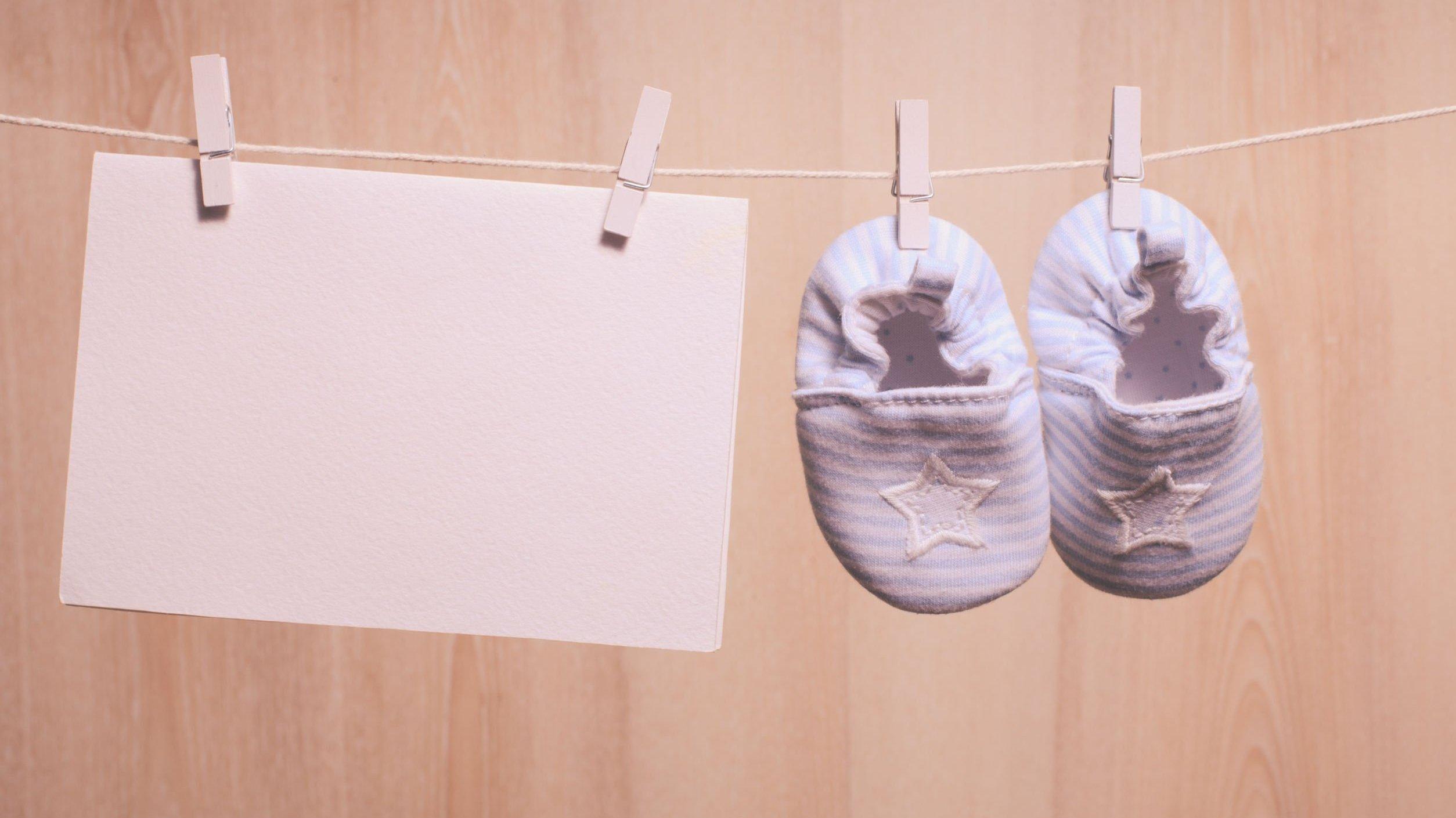 Acessórios de bebê presos a um varal com pregadores