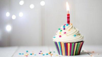 Cupcake com vela de aniversário aceso