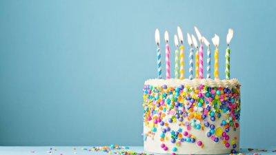 Bolo de aniversário com velas acesas
