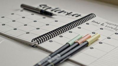 Planner com canetas sobre eles