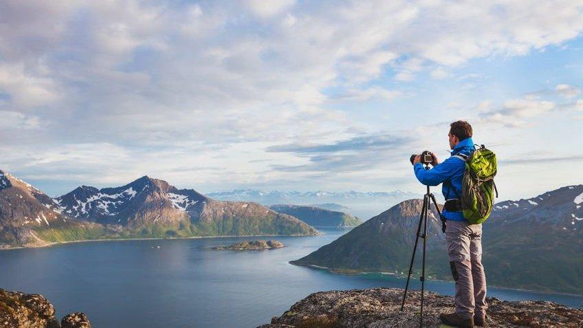 Fotógrafo tirando foto de paisagem