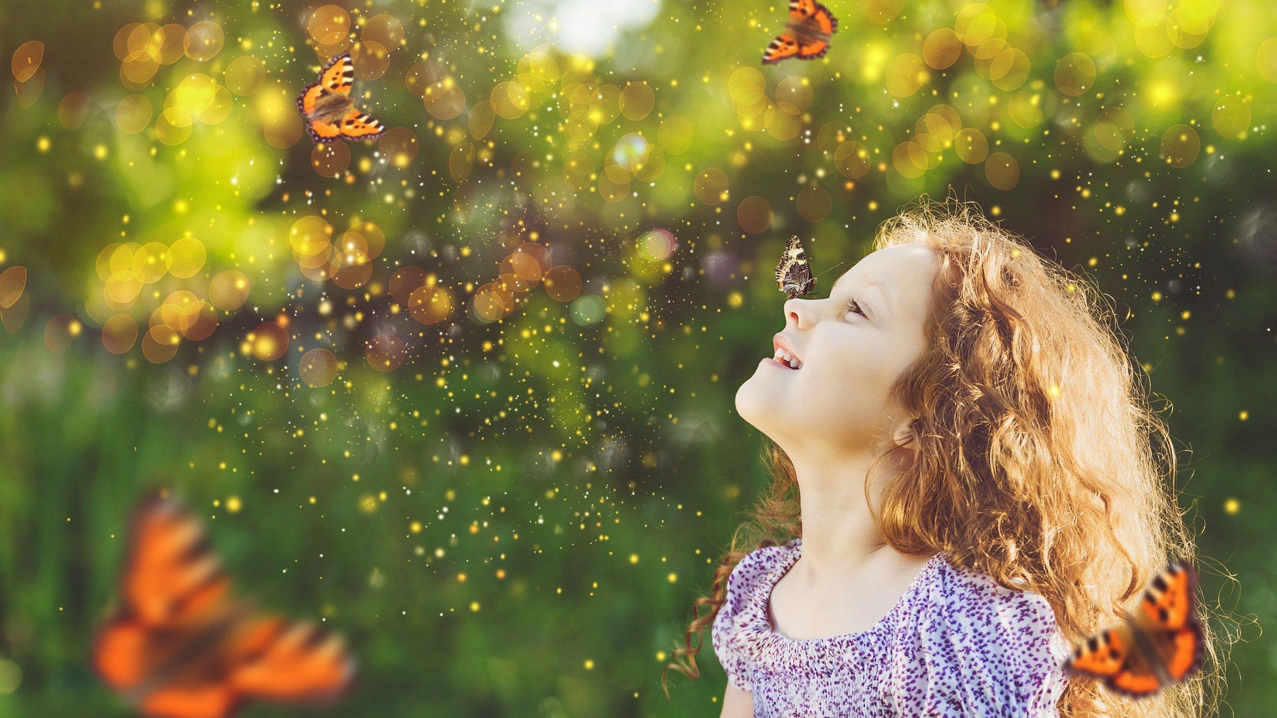 Menina branca com borboletas voando ao redor.