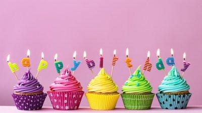 Cupcakes com Feliz Aniversário escrito em velas