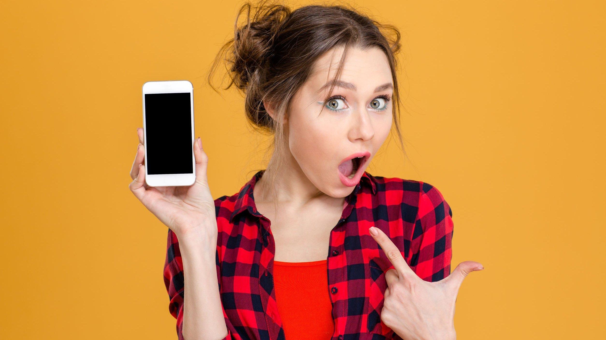 Menina mostrando tela preta de seu celular