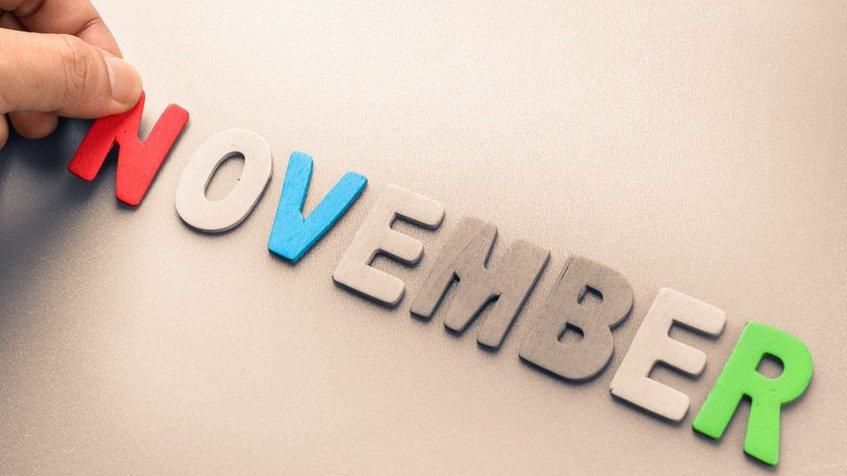 Pessoa colocando N vermelho na palavra Novembro