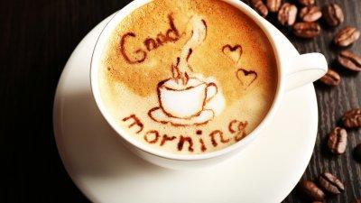 Xícara de café com desenho na espuma escrito