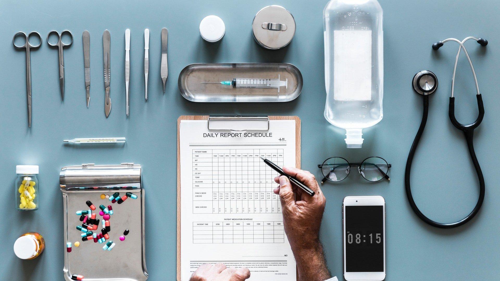 Utensílios médicos dispostos em mesa azul
