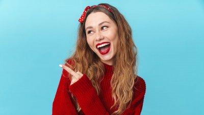 Post-its com rostos tristes e um post-it com rosto feliz