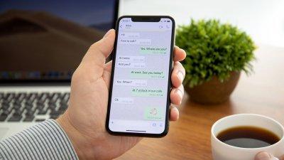 Pessoa segurando celular com whatsapp aberto em uma conversa