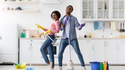 Mãe e filha limpando espelho de casa