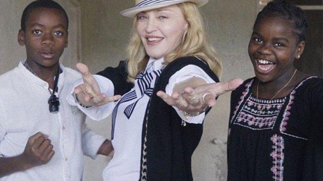 Madonna e duas crianças