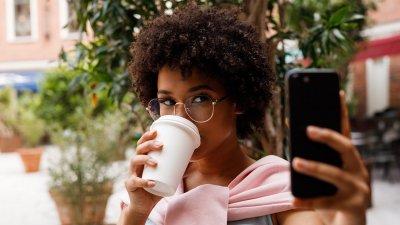 Mulher tirando selfie sozinha