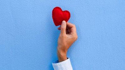 Dois pirulitos vermelhos em formato de coração