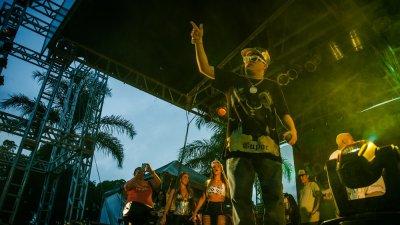 MC se apresentando em baile funk
