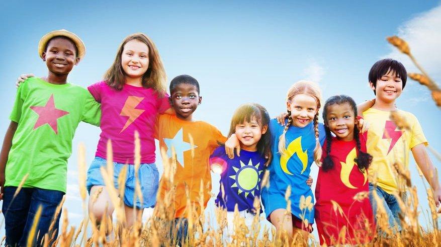 Crianças abraçadas lado a lado, sorrindo