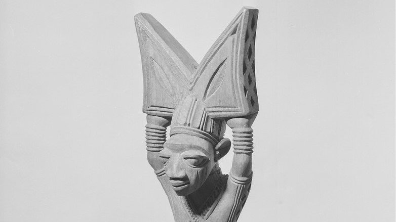 Figura de Xangô em madeira, em cinza
