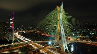 Vista aérea da Ponte Estaiada, rio Pinheiros e Marginal Pinheiros.