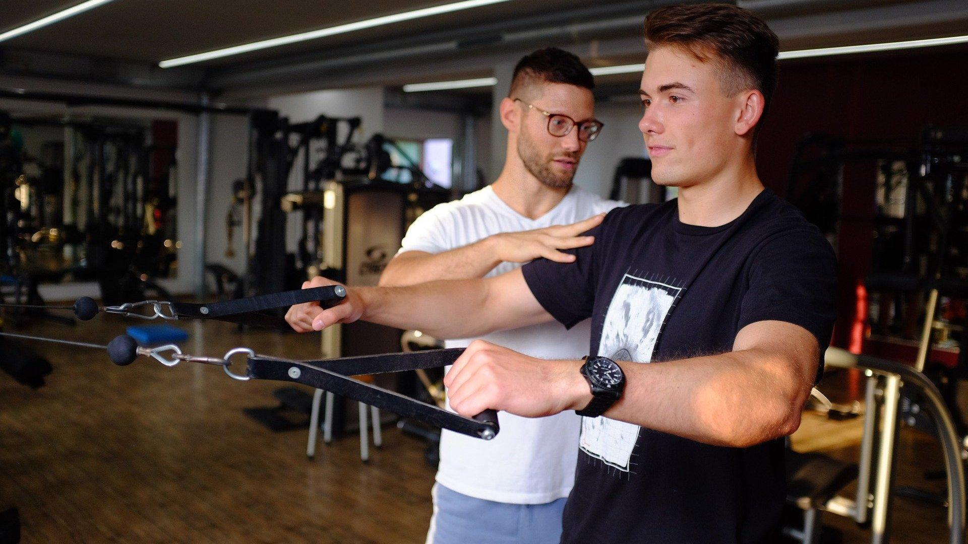 Fisioterapeuta e paciente numa academia