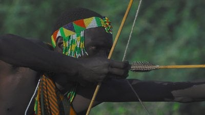 Arqueiro com adereço colorido na cabeça