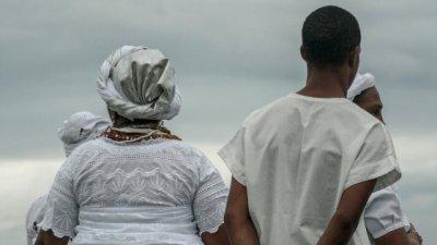 Dois devotos do candomblé ou umbanda, de costas