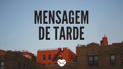 Céu azul com prédios com os escritos: Mensagem de tarde
