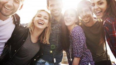 Seis amigos sorrindo.