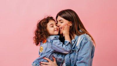 Mãe e filha asiáticas fazendo ioga