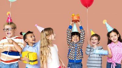 Crianças festejando aniversario
