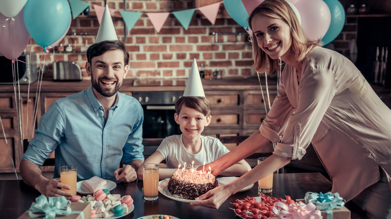 Família sorridente comemorando um aniversário