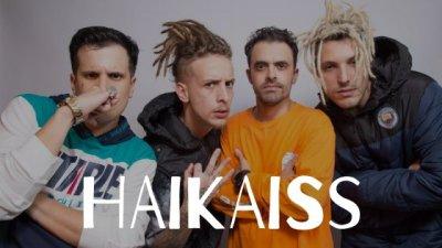 Instegrantes da banda Haikaiss com escrito Haikaiss