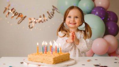 Ilustração de família assoprando velinha escrito: Parabéns, Filha