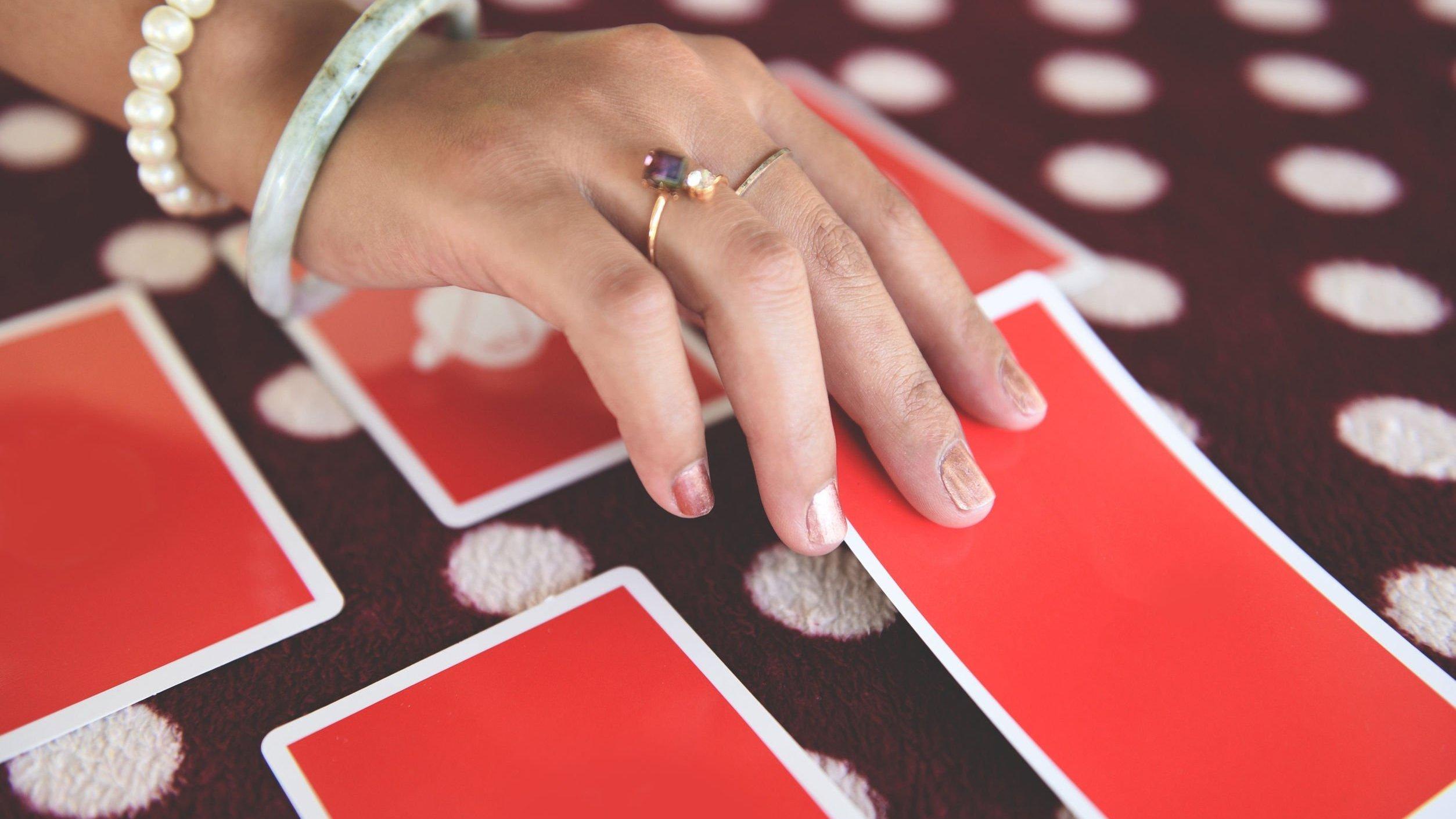 Mão feminina virando uma carta