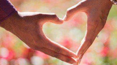 Mãos fazendo o formato de um coração.