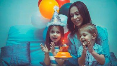 Garota comemorando seu aniversário.