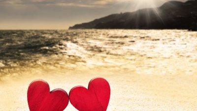 Imagem de dois corações em uma praia